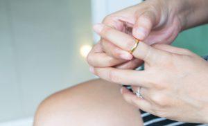 δαχτυλίδι που κόλλησε γλιστρά με μαλακτικό μαλλιών