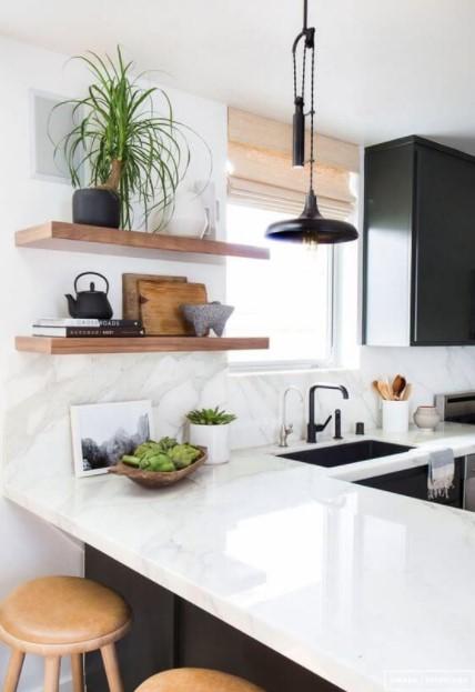 κουζίνα ράφια μαύρα ντουλάπια