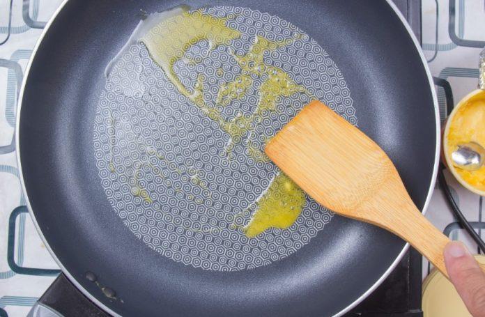ανακατευω φαγητο με ξυλινη κουταλα