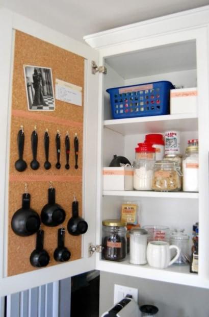 ντουλάπι κουζίνας κρεμασμένες κουτάλες