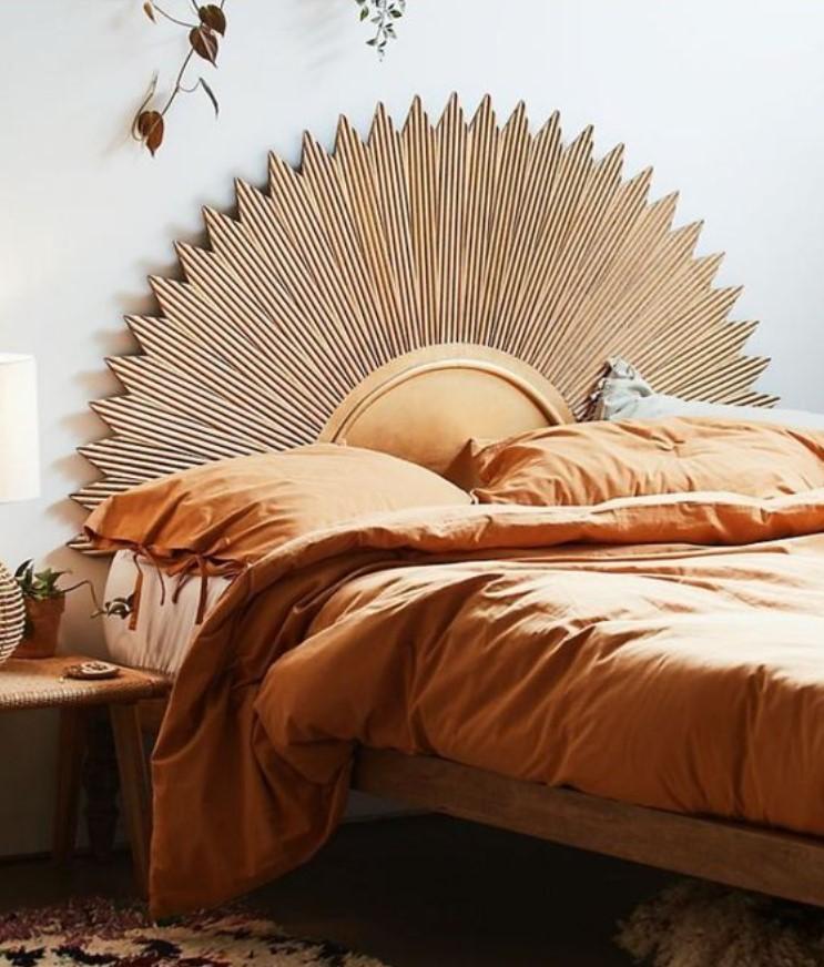 περίεργο κεφαλάρι στο κρεβάτι