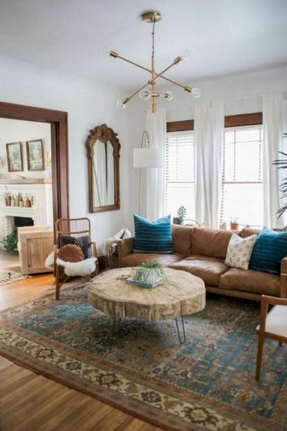 σαλόνι εμπριμέ χαλί ξύλινο τραπέζι