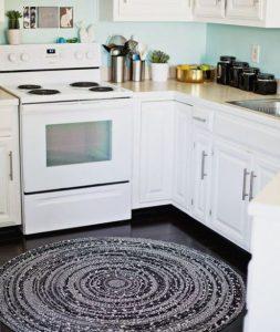 στρογγυλό χαλί στην κουζίνα