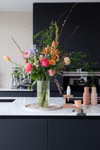 βάζο πολλά λουλούδια μαύρη κουζίνα