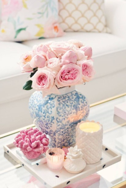 βάζο ροζ λουλούδια τραπέζι