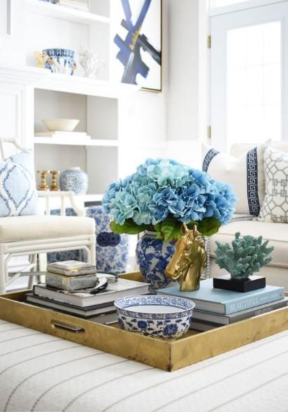 δίσκος γαλάζια λουλούδια διακοσμητικά τραπέζι σαλονιού άνοιξη