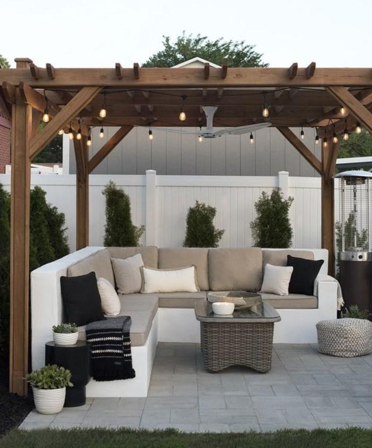 γωνιακός καναπές στο κήπο