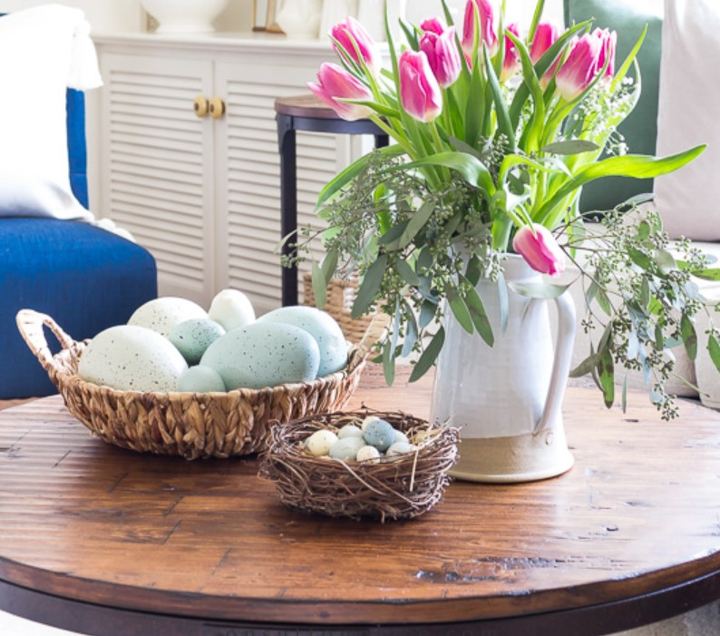 καλάθι με αυγά και φουξ λουλούδια άνοιξη