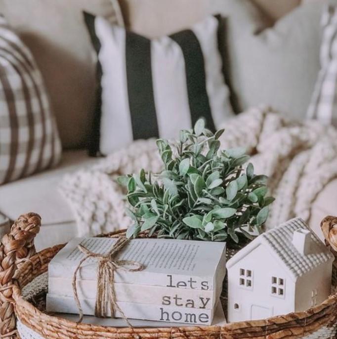 καλάθι με βιβλία και πρασινάδα σαλόνι τραπεζάκι άνοιξη