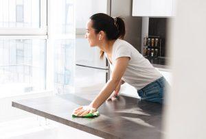 καθαρισμα παγκου κουζινας