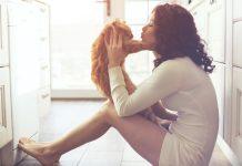 κοπελα φιλαει γατα
