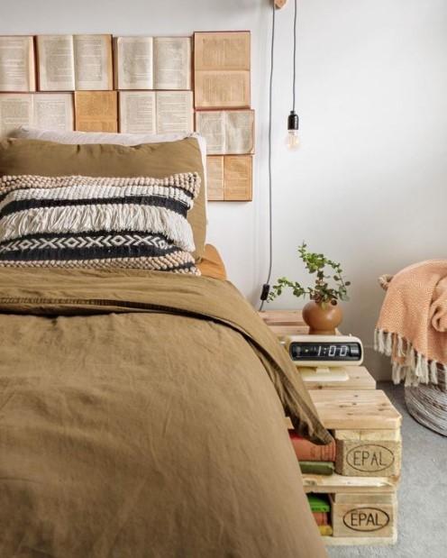 κρεβάτι προσκέφαλο βιβλία