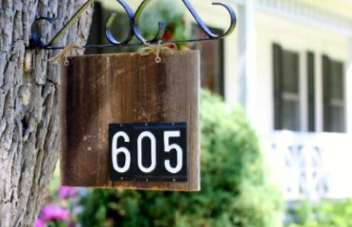ξύλινη διακοσμητική ταμπέλα για αρίθμηση οδού