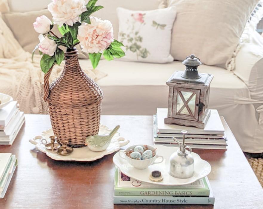 πιθάρι ψάθινο με λουλούδια φαναράκι για να διακοσμήσεις άνοιξη τραπεζάκι μέσης
