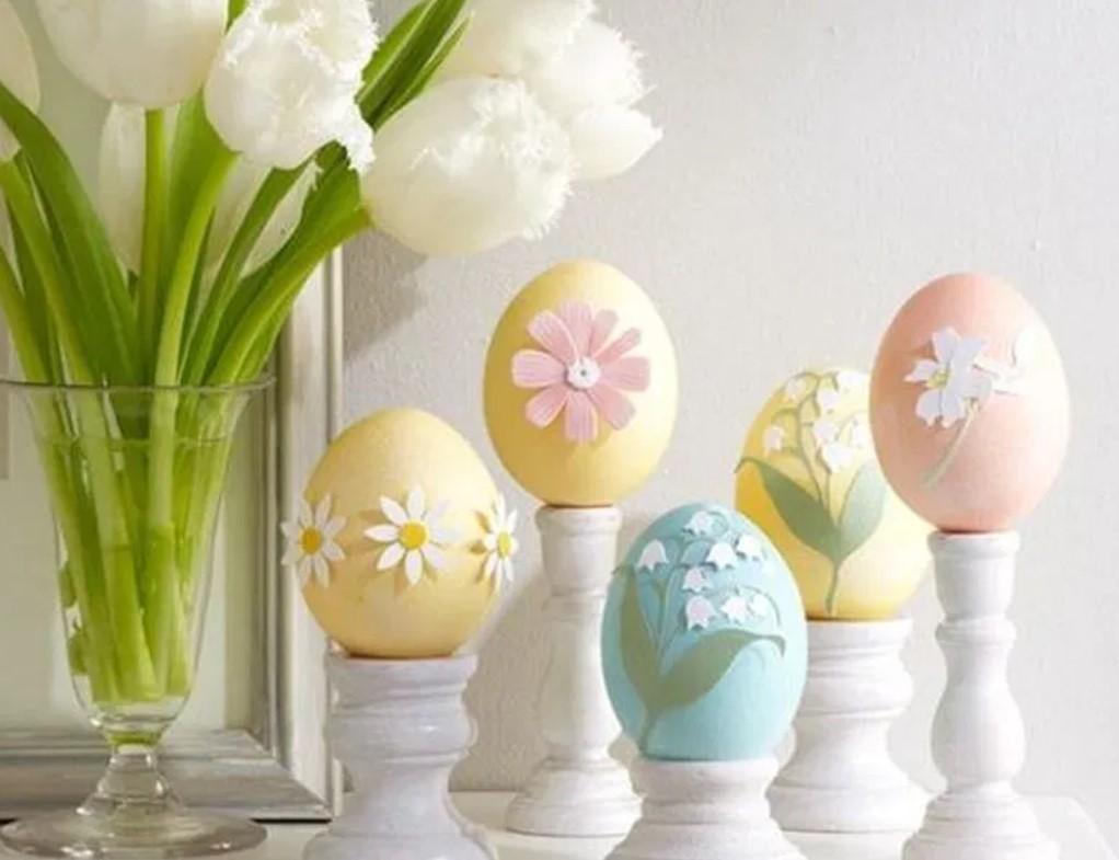 χρωματιστά ψεύτικα αυγά χρωματιστά ανοιξιάτικη διακόσμηση τραπεζάκι σαλονιού