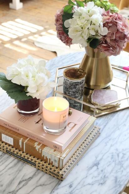τραπέζι βιβλία δίσκος λουλούδια