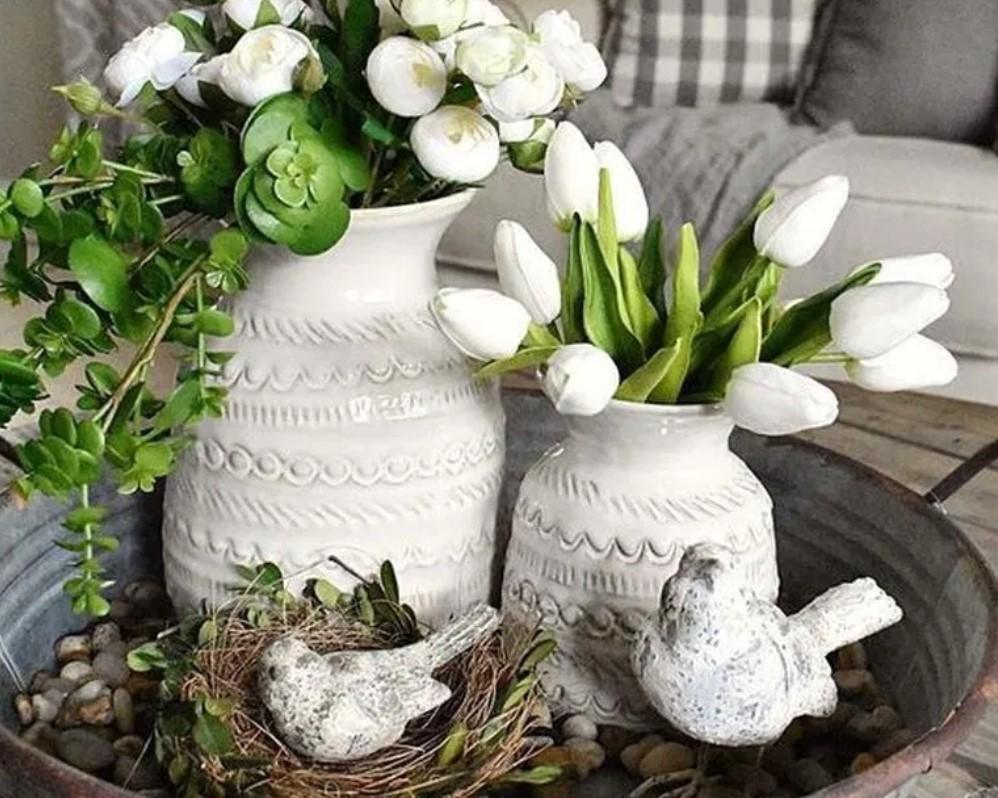 λευκά βάζα με λουλούδια και ψεύτικα διακοσμητικά πουλιά