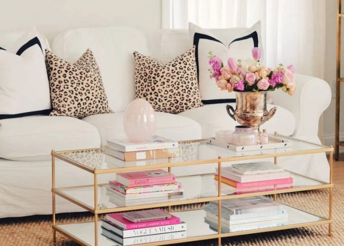 ροζ σομόν λουλούδια και ασορτί βιβλία τραπεζάκι σαλονιού άνοιξη