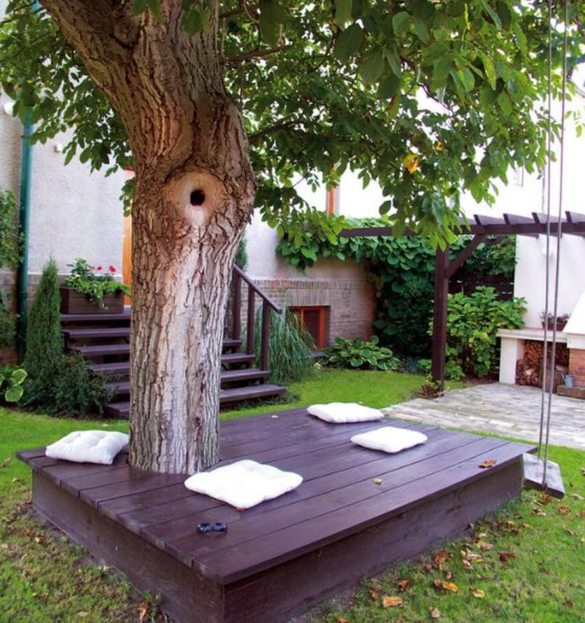 ξύλινη εξέδρα σε αυλή σπιτιού