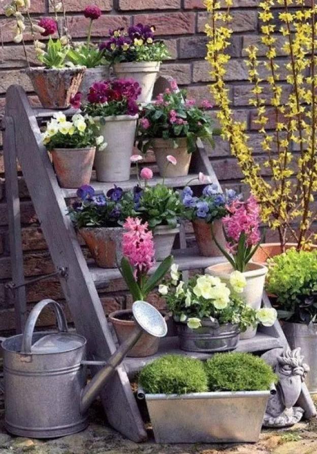 ξύλινη σκάλα με λουλούδια