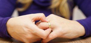 δαχτυλίδι κολλημλένο στο δάχτυλό