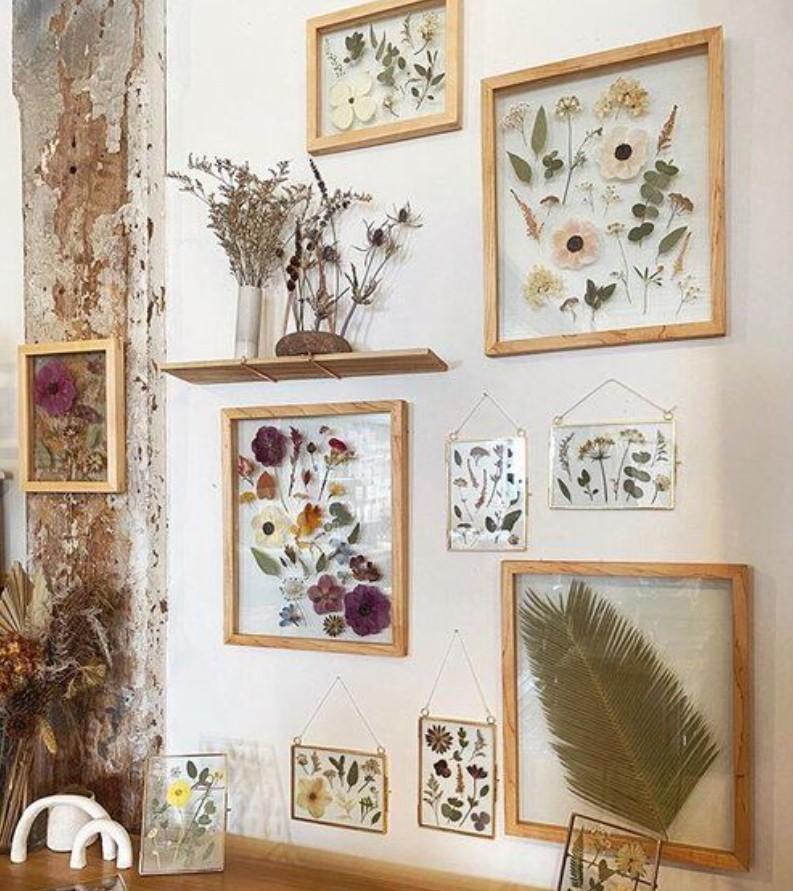 decor τοίχου με αποξηραμένα λουλούδια