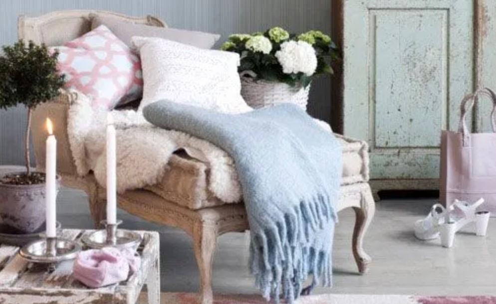 γαλάζια κουβέρτα διακόσμηση με παστέλ χρώματα