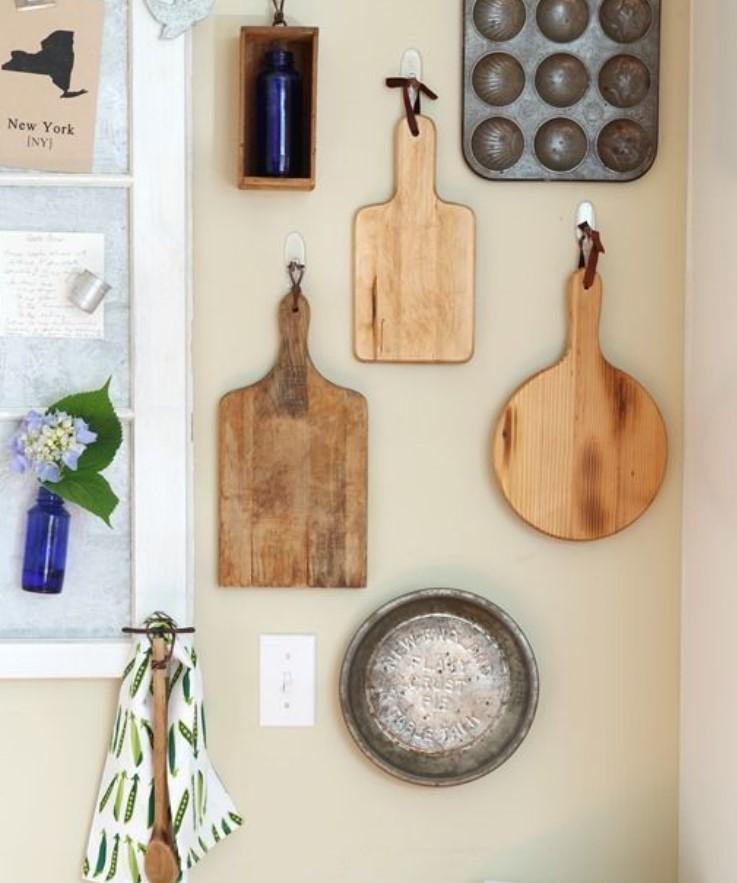 κουζινικά κρεμασμένα στο τοίχο