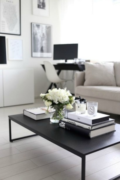 μαύρο τραπέζι βιβλία λουλούδια
