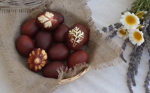 κοκκινα αβγα με φλουδες κρεμμυδιων