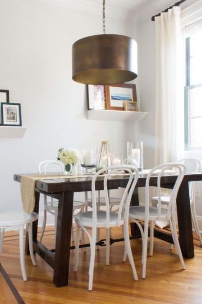 σκούρο τραπέζι άσπρες καρέκλες