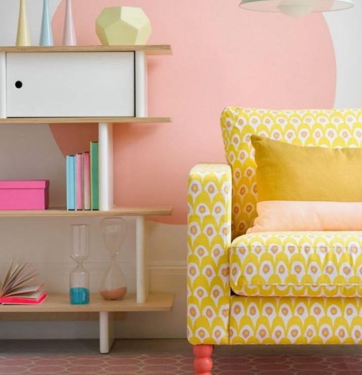 τοίχος ροζ κίτρινη καρέκλα