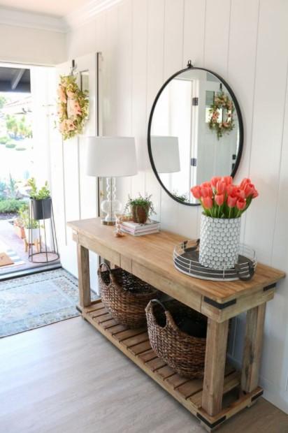 τραπέζι λουλούδια καλάθια