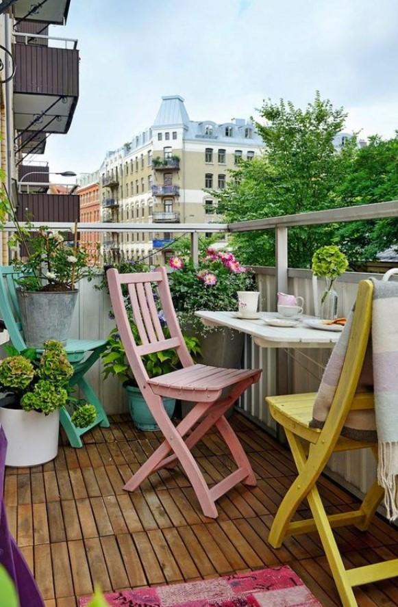 χρωματιστές καρέκλες στο μπαλκόνι