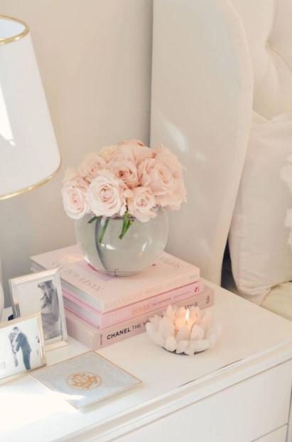 κομοδίνο βιβλία λουλούδια