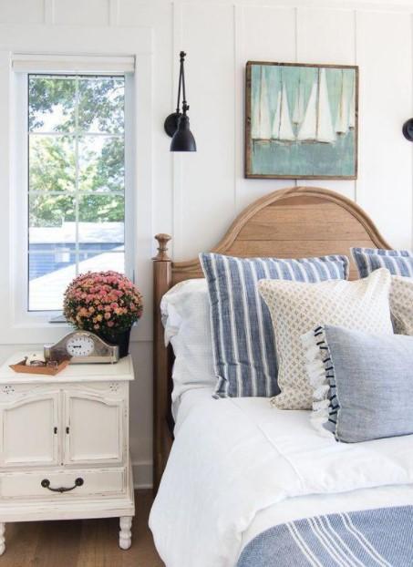 κρεβάτι διακοσμητικά μαξιλάρια πίνακας καλοκαιρινή διακόσμηση υπνοδωμάτιο