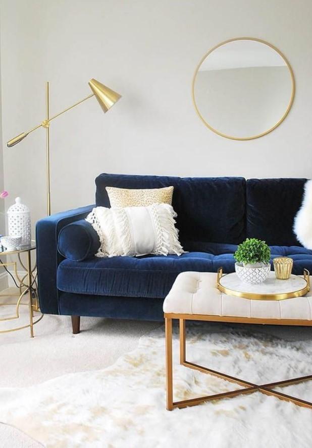 μπλε βελούδινος καναπές