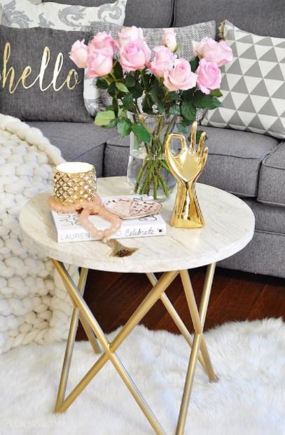 τραπέζι χρυσά αντικείμενα