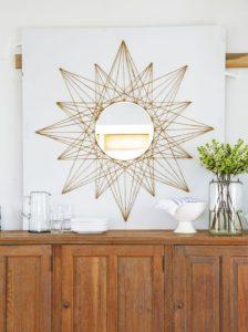 DIY με έναν καθρέφτη και αναβάθμισε τον τοίχο σου