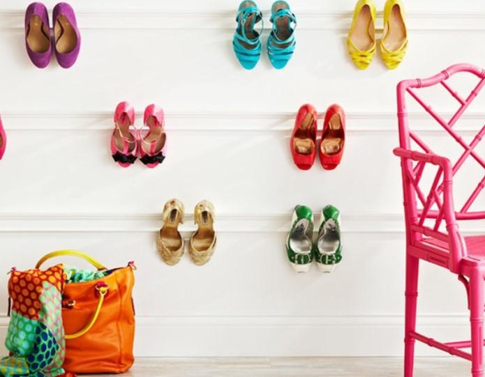 παπούτσια σε γύψινες κρεμάστρες