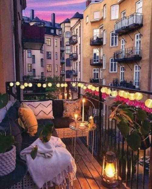 μικρό μπαλκόνι φωτάκια οικονομική διακόσμηση μπαλκονιού