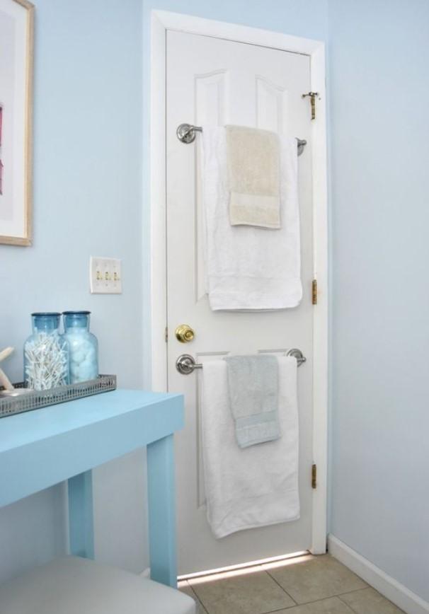 πετσέτες στη πόρτα μπάνιου