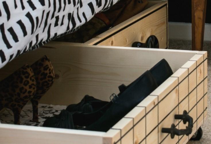 συρτάρια με ροδάκια κάτω από κρεβάτι για να οργανώσεις υπνοδωμάτιο