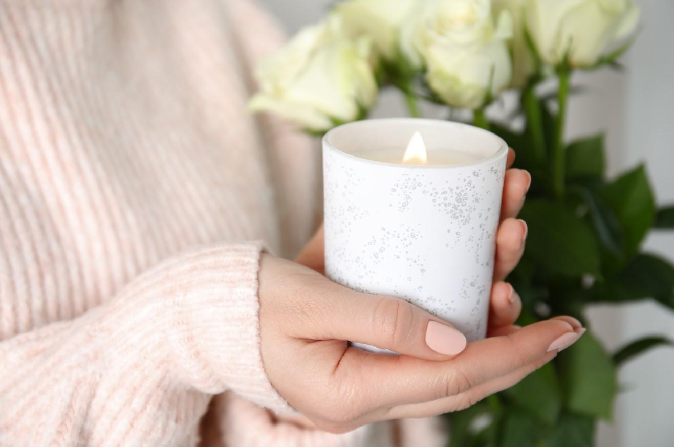 γυναίκα κρατάει κερί