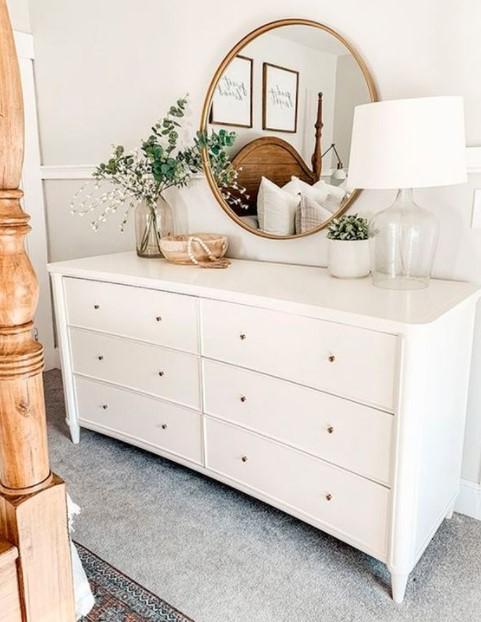 λευκή συρταριέρα καθρέπτης μεγάλο υπνοδωμάτιο