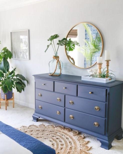 μπλε συρταριέρα καθρέπτης μεγάλο υπνοδωμάτιο