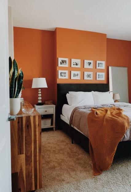πορτοκαλί τοίχος υπνοδωματίου χρώματα τοίχου φθινόπωρο 2021