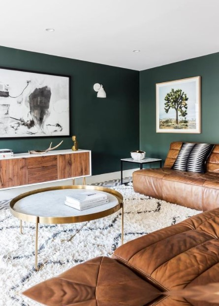 πράσινος τοίχος καφέ καναπές