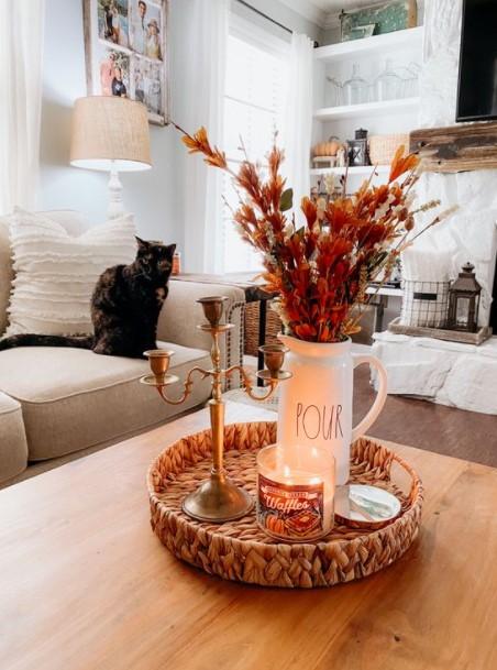 ψάθινος δίσκος κερί κηροπήγιο λουλούδια