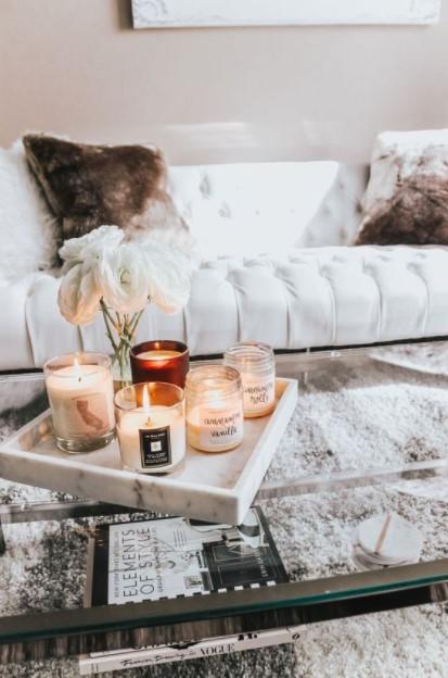 τραπεζάκι δίσκος κεριά δείχνει σπίτι πιο ζεστό